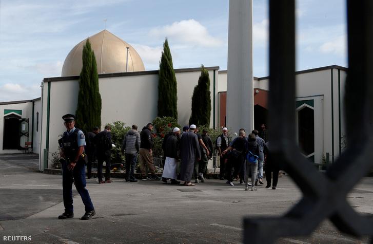 Rendőr áll a christchurchi mecset előtt, miután újra megnyitott a terrorista merénylet után 2019. március 23-án, Új-Zélandon