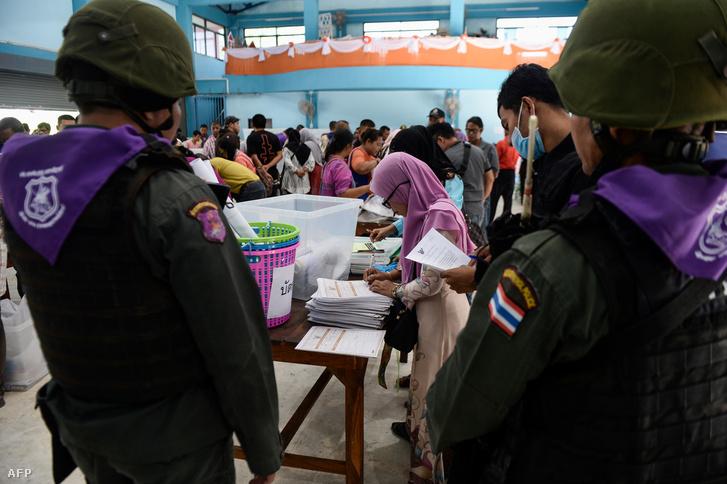 A thai királyi rendőrség felügyeli a választások előkészületeit Narathiwatban 2019. március 23-án
