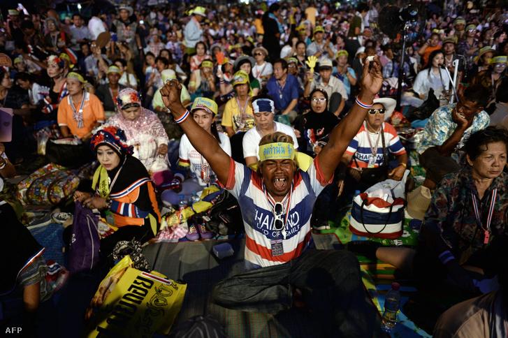 Kormány lemondását követelő tömegtüntetések Bangkokban, Thaiföld fővárosában 2014. május 22-én