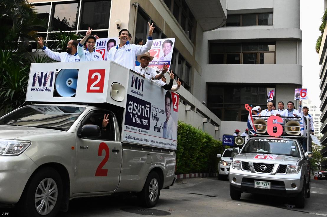 Pheu Thai nevű párt támogatói Bangkok utcáin 2019. március 23-án
