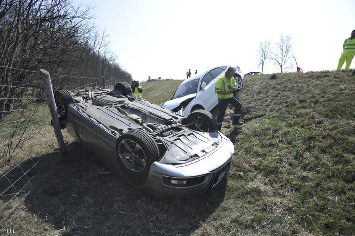 Ütközésben összetört személygépkocsik az M5-ös autópályán Inárcs közelében 2019. március 23-án