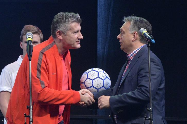 Orbán Viktor miniszterelnök (j) egy futball-labdát kap ajándékba Davor Suker egykori válogatott horvát labdarúgótól Telkiben 2015. április 25-én