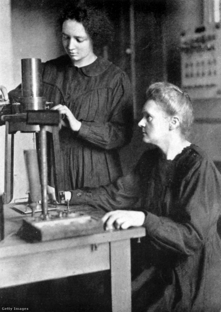 Képünk illusztráció, egyben kivétel (az rchív fotón Marie Curie Nobel-díjas tudós – jobbra – és lánya, Irene Joliot-Curie Nobel-díjas tudós látható, Irene 58 évesen, anyja 66 évesen hunyt el)