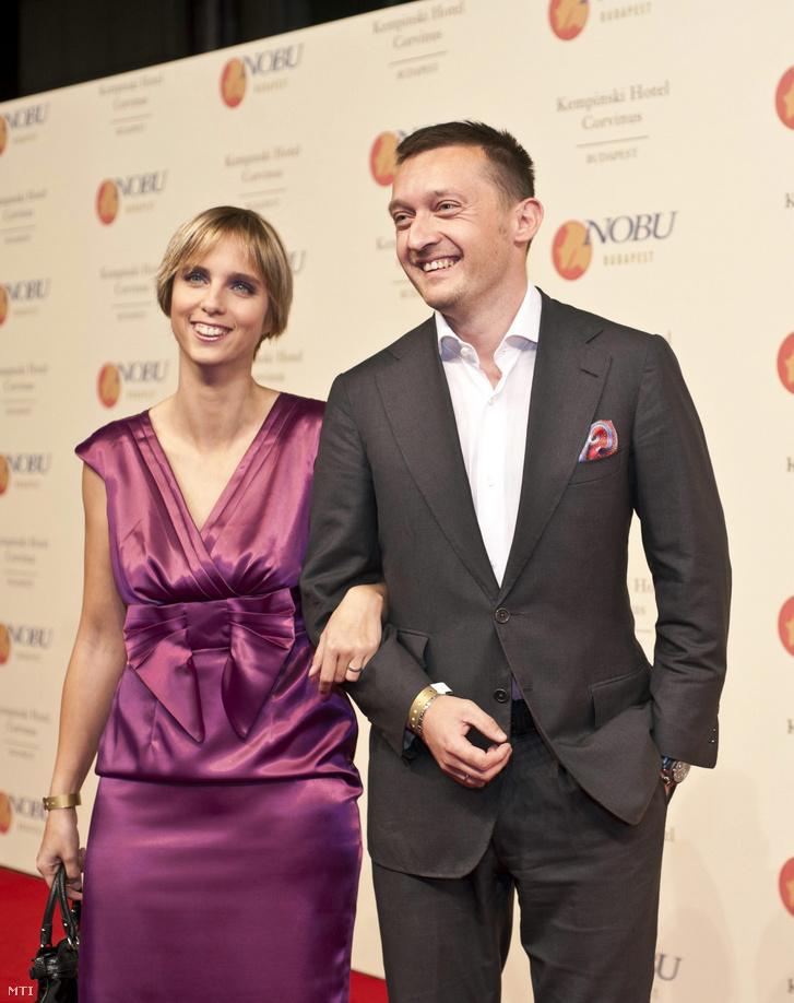 Rogán Antal az V. kerület polgármestere és felesége, Gaál Cecília érkezik a Nobu étteremlánc budapesti éttermének avatóünnepségére 2010. október 10-én este. A ragyogó ruha megmutatta hibátlan alakját, de nem csak ez a csodás kreáció tette tökéletessé az összképet. Cecília gyönyörű arca és egész este sugárzó mosolya lehengerelte a vendégeket.