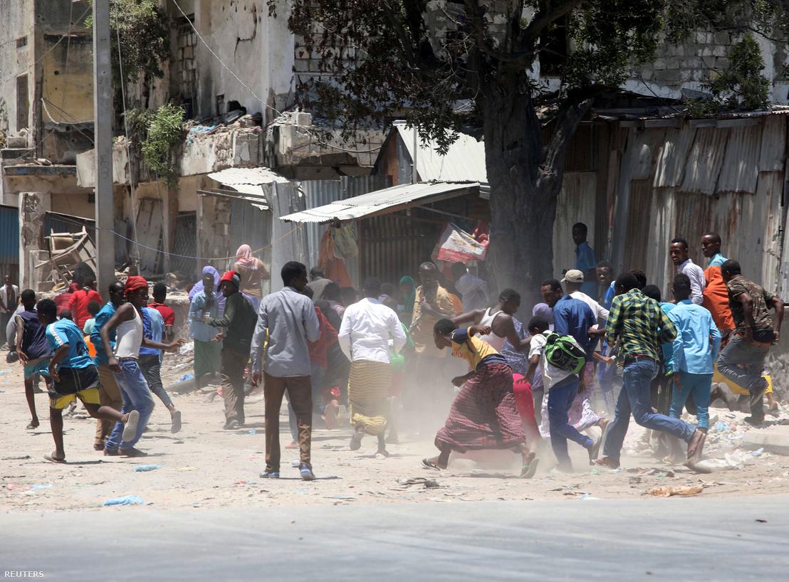 Emberek menekülnek a robbanás, és az azt követő lövöldözés helyszínéről