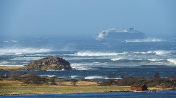 Helikopterrel kell kimenteni 1300 embert, hatalmas viharban hibásodott meg egy hajó