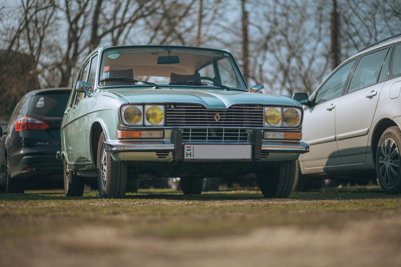 Szeretem a Renault 16-ot. Szeretem a pisztáciazöld-metált...ja, és a sárga fényszórók iránt sem vagyok közömbös, na.