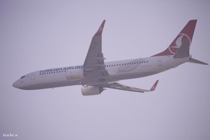 A Turkish Airlines egyik gépe a Liszt Ferenc repülőtér fölött (2018. március 28.)