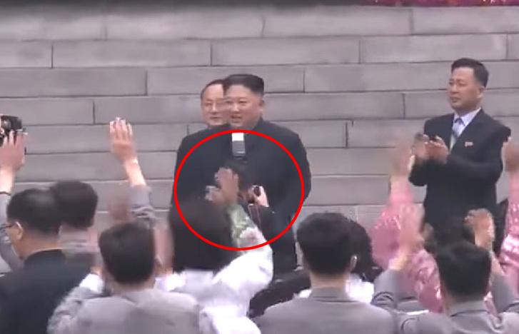 Az elnököt túl közelről, vakuval fényképező fotós, az azóta eltávolított videófelvételen