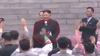 Túl lelkesen fotózta a vezért, kirúgták Kim Dzsongun fotósát