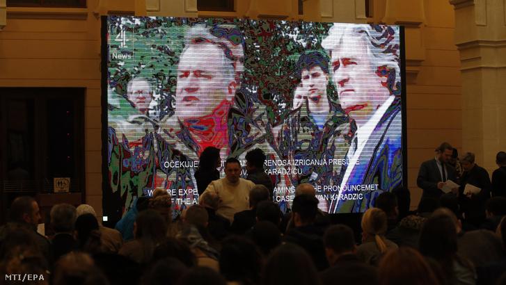 Radovan Karadzic volt boszniai szerb elnök fellebbviteli pere hágai ítélethirdetésének televíziós közvetítését nézik emberek Szarajevóban 2019. március 20-án.