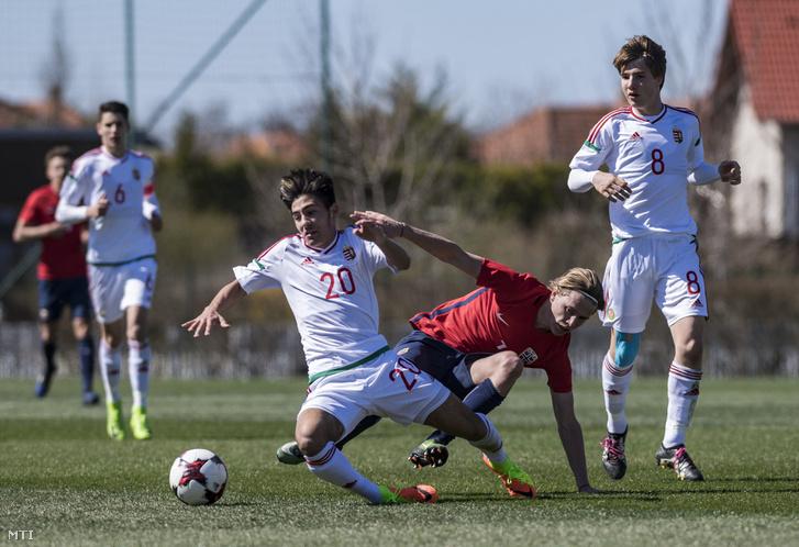 Szerető Krisztofer (elöl, b) és a norvég Mikael Ugland (j2), mellette Csonka András (j) az U17-es labdarúgók Európa-bajnoki elitköre 2. csoportjának zárófordulójában, a Norvégia - Magyarország mérkőzésen a telki Globall Sport Stadionban 2017. március 26-án.