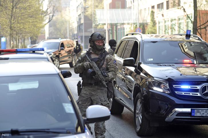 A Terrorelhárítási Központ (TEK) különleges egysége szállítja a terrorizmus miatt március 22-én őrizetbe vett szír állampolgárt a Fővárosi Törvényszék Fő utcai épületéhez 2019. március 24-én.