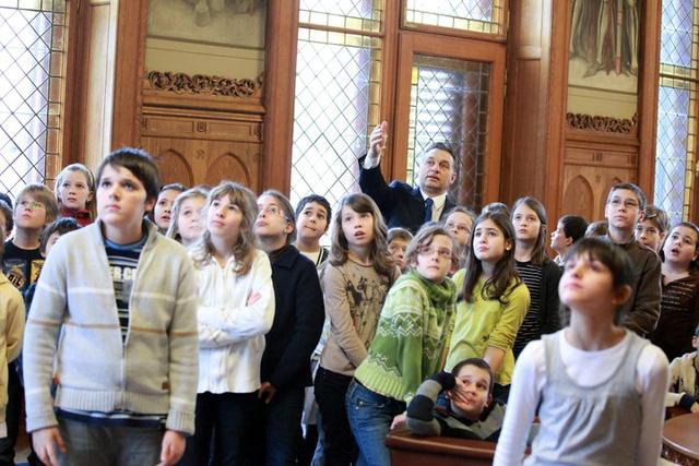 Orbán Viktor a lánya osztályának mutatja be a Parlament Nándorfehérvári termét