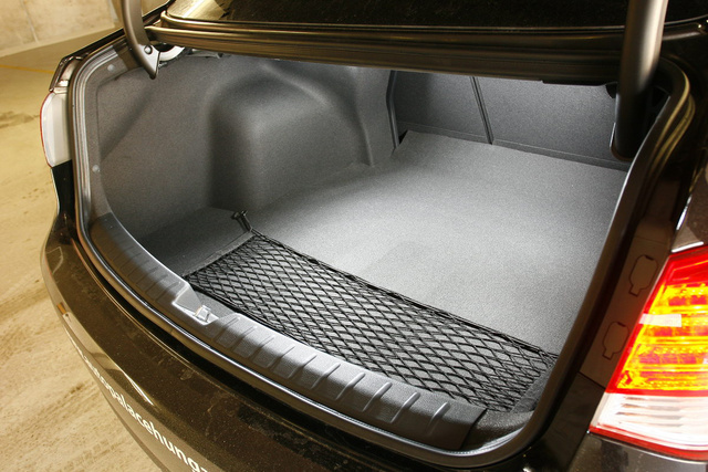 A rövid nyílás szedán-népbetegség, amit a Hyundai is elkapott - derékig merülhetünk a csomagtérbe