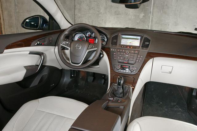 Gomberdő a középkonzolon, fabetét és minőségérzet, vaskos Opel-súlyosság