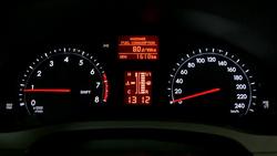Mindig világít a műszerfal, viszont a fényerőt nem állítja automatikusan, mint a Hyundai