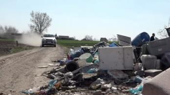 Már az útra folyik ki az illegális szemét egy magyar falu határában