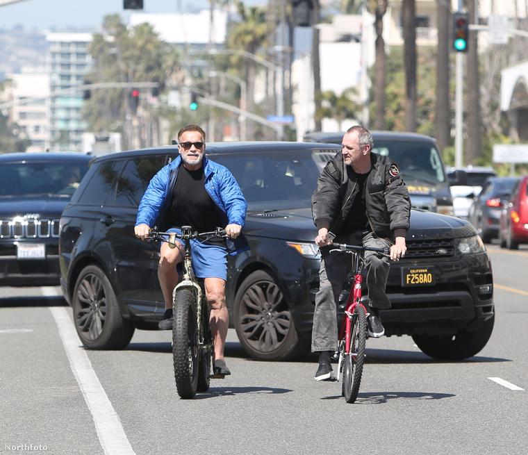 Schwarzenegger biciklizhetett tovább a konditerembe az edzőjével.