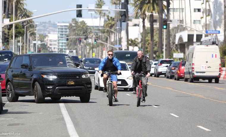 De szerencsére a sofőr időben kapcsolt, plusz Schwarzenegger is elrántotta a kormányt, hogy elkerülje az ütközést.