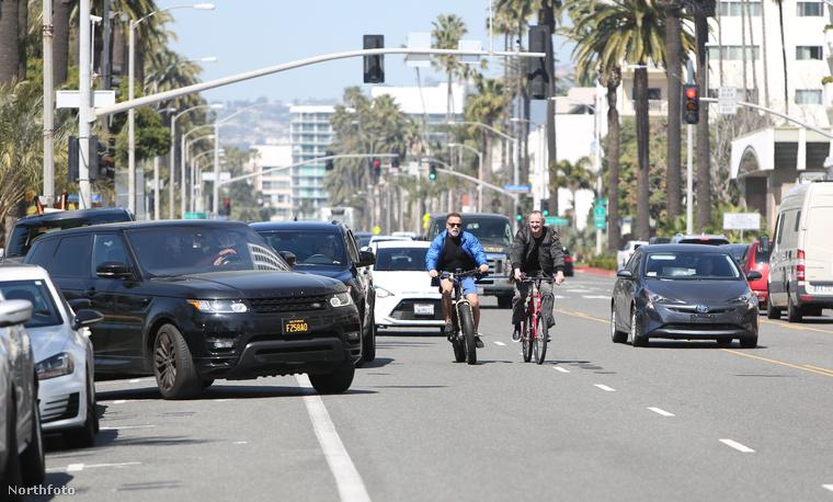 Schwarzeneggert majdnem elütötte egy autó miközben biciklizett.