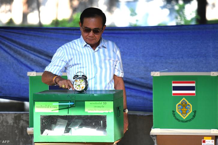 Prajuth Csan-ocsa tábornok szavaz Bangkokban, 2019. március 24-én
