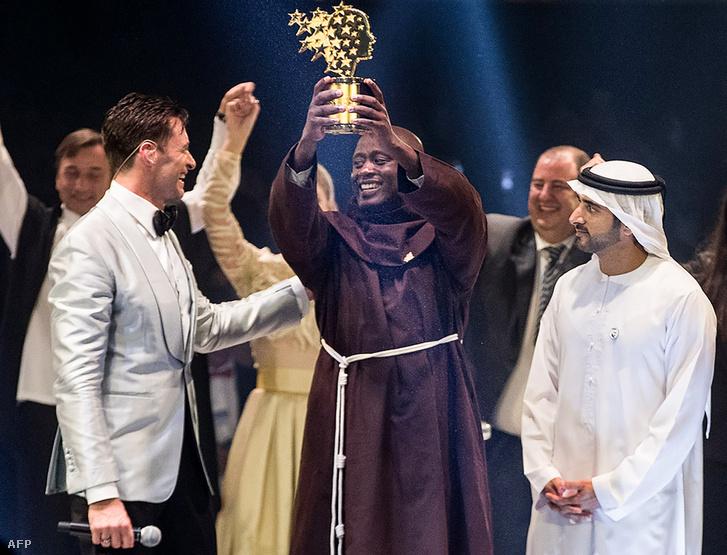 Peter Tabichi (középen) átveszi a Global Teacher Prize-t Dubajban 2019. március 24-én