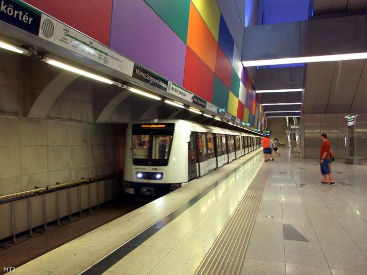 Vezető nélkül közlekedő Alstom Metropolis szerelvény érkezik a Budapesti Közlekedési Központ (BKK) 4-es metróvonalának Móricz Zsigmond körtéri mélyállomására