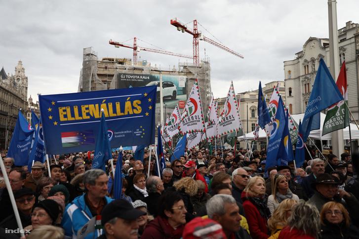 Ellenzéki tüntetők a budapesti Szabad sajtó úton 2019. március 15-én