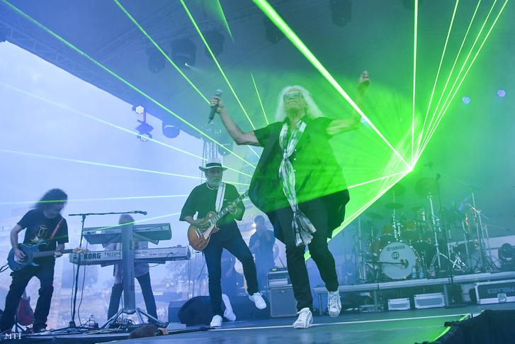 Kóbor János énekes, Molnár György és Szekeres Tamás gitárosok az Omega együttes koncertjén 2017. június 25-én.