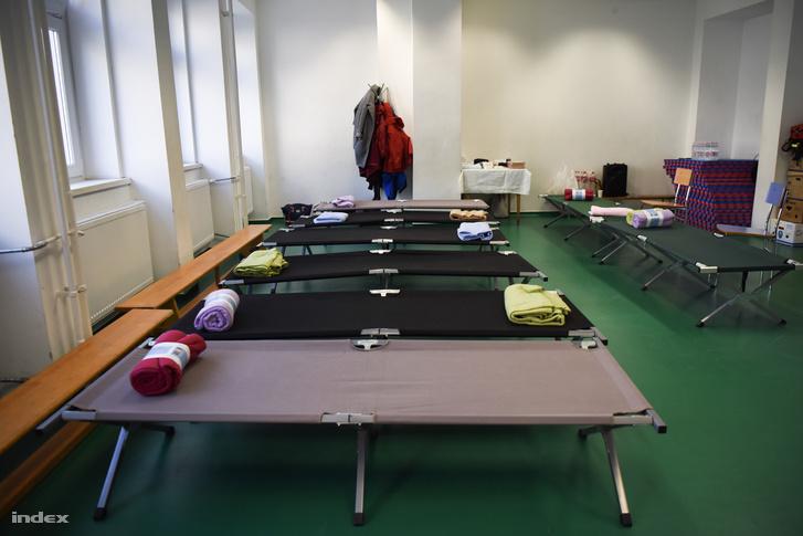 A Vöröskereszt ideiglenes befogadóhelye, ahova az időseket elszállásolják a kiemelés és hatástalanítás idejére