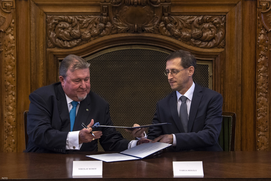 Hungary's Minister of Finances Mihály Varga (r) and Nikola Kosov (l) signing the letter of intent about opening the regional office of IIB in Budapest on 18 June 2018.
