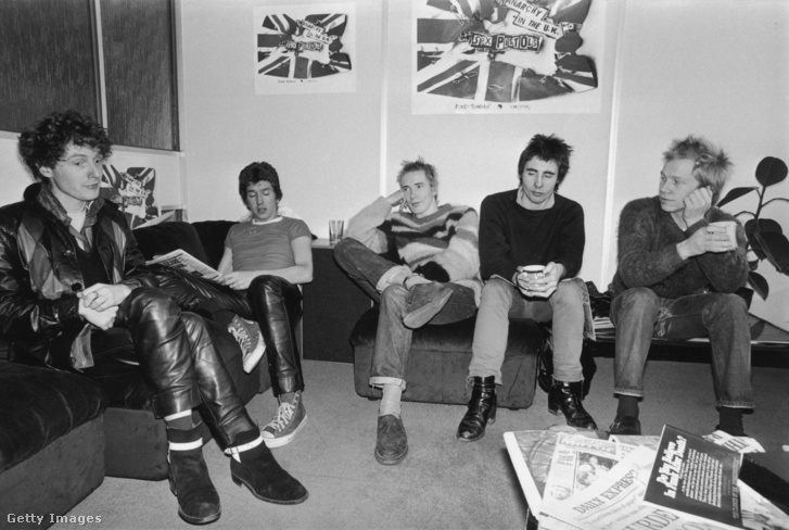 Malcolm McLaren, Steve Jones, Johnny Rotten (John Lydon), Glen Matlock és Paul Cook. (1976)