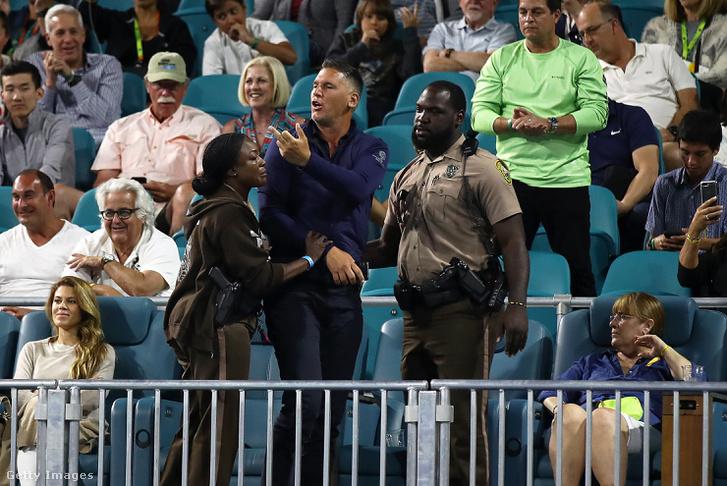 Biztonságiak vezetik ki a Nick Kyrgiosszal összeszólalkozó nézőt a Miami Openen