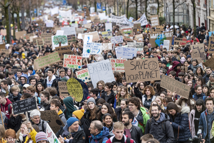 A globális felmelegedés az éghajlatváltozás ellen hathatósabb intézkedéseket követelve tüntetnek diákok ezrei Lausanne-ban 2019. március 15-én.