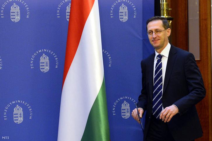 """Varga Mihály pénzügyminiszter érkezik sajtótájékoztatójára 2019. február 16-án, amelyet abból az alkalomból tartott, hogy az S&P egy fokozattal """"BBB/A-2""""-re javította a hosszú és rövid futamidejű magyar államadósság besorolását."""