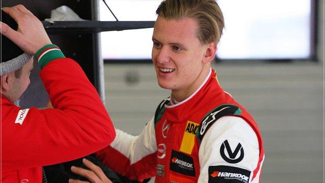 Akár a Ferrarit is tesztelheti jövő héten Schumacher fia
