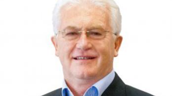 Harminc év után távozik a Ringier Axel Springer éléről Bayer József