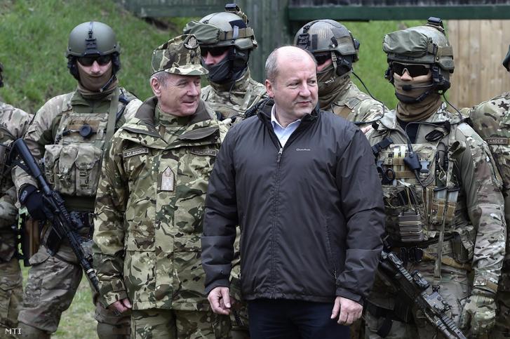 Benkő Tibor, a honvédvezérkar főnöke és Simicskó István honvédelmi miniszter (b-j) a Visegrad 4Sight 2018 V4-es katonai gyakorlaton a szolnoki Ittebei Kiss József helikopterbázison 2018. március 29-én.