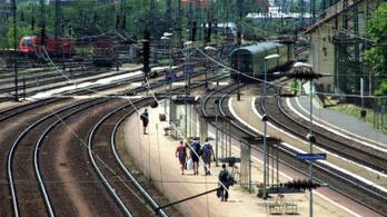 Vonatokkal tehermentesítik a metrópótló buszokat