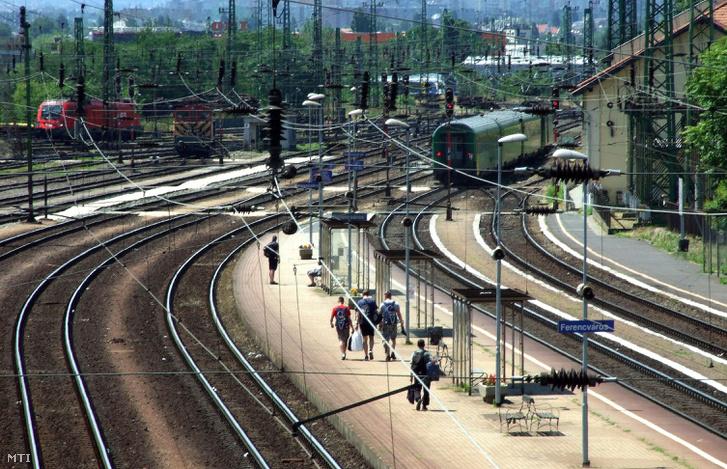 Utasok tartanak a kijárat felé Ferencváros vasútállomás egyik peronján 2017. június 14-én