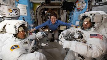 Gardróbhibák miatt nem lesz csak női űrséta