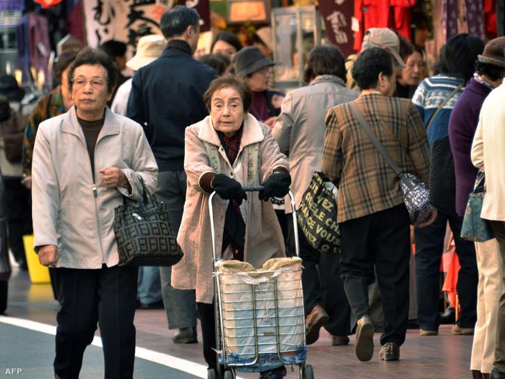 Nyugdíjasok Tokió egyik bevásárlóutcájában