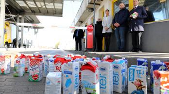 Az olcsón adott szlovák tej miatt tüntettek a Penny Market előtt