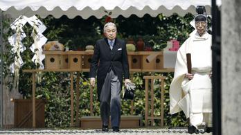 Ősi sírt látogatott meg a japán császár, aki áprilisban lemond a trónról