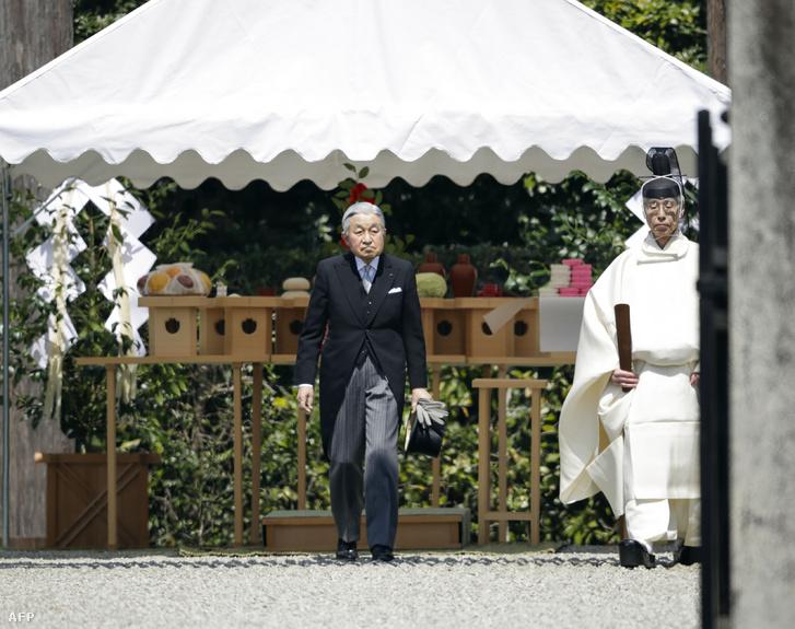 Akihito japán császár látogatja meg Dzsinmu császár sírját a Kashihara Nara prefektúrában 2019. március 26-án