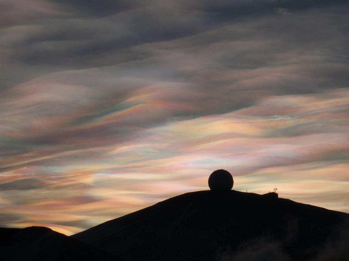 Gyöngyházfényű felhők a NASA radarja fölött, McMurdo kutatóállomás, Antarktisz, 2009. augusztus 23.