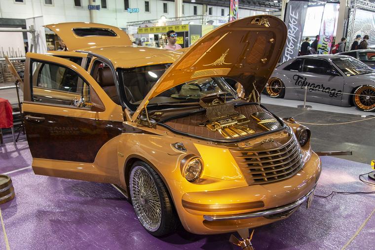 Az előző Fast and Furious stílushoz képest kifinomultabb (kinek mi tetszik persze) munkát végeztek ezen a Chrysler PT Cruiseren, elképesztően figyelve a legapróbb részletek kidolgozására is