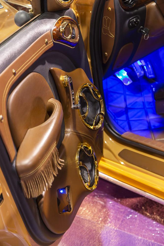 A belső térben is továbbvitték az egyedi country stílust, hasonló vasakkal maximum az amerikai autós részlegen lehetett találkozni