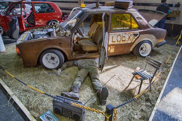 Az egyik legszellemesebb patkány installáció ez a Skoda 120L volt a gumicsizmás szerelővel, Videoton kazettás magnóval, V6 blokkal